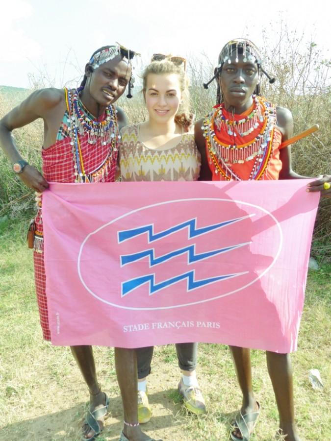 P1290574 Justine MARTIN joueuse cadette au SF prise en photo dans le village d'Empukkel avec des guerriers Massaï au Kenya130714